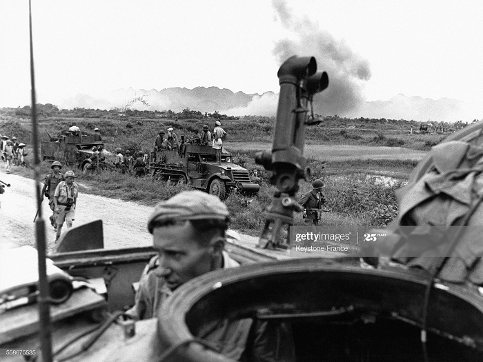 Солдаты бронетанк войск смотрят на рез бомбард 3 июл 1954.jpg