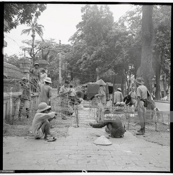 Фр солдаты и добр из местных делают заслон из кол проволоки в Ханое 17 июля 1954.jpg