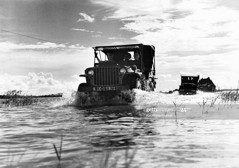 Дивизия пересек затопл зону на джипах сент 1952.jpg