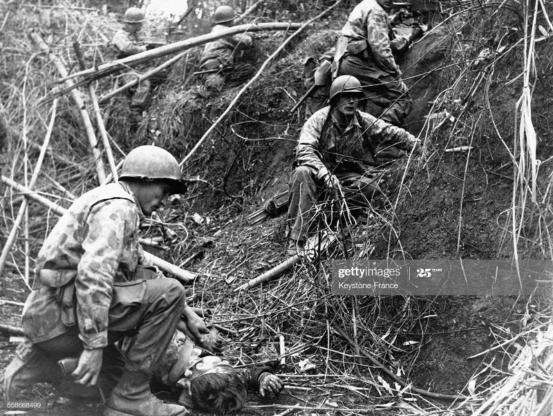 Оказание помощи раненым в Тонкине 29 янв 1952.jpg