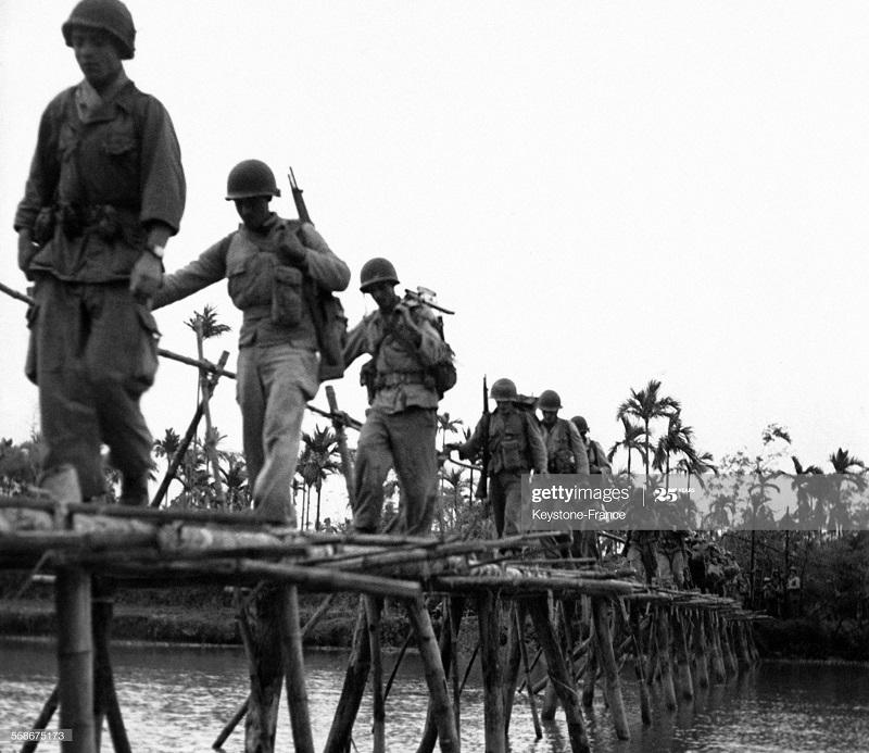 Солдаты на бамбуковом мосту на юге дельты Тонкина 6 марта 1952.jpg