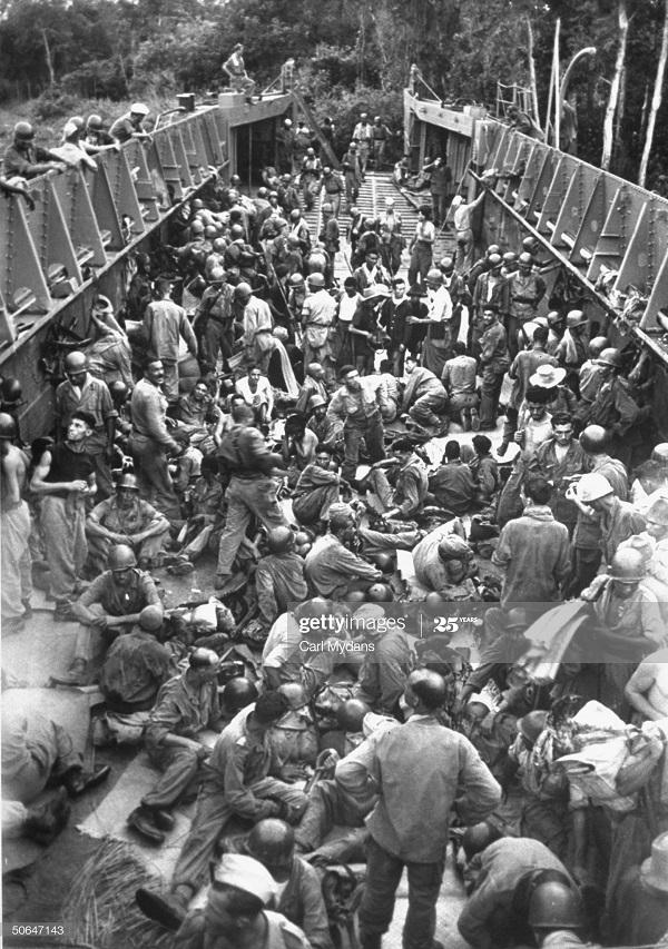 Солдаты на корабле готовятся к ночи апр 1950 Карл Майданс.jpg