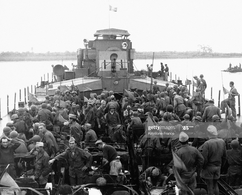 Солдаты на корабле на реке Сонг Тра Ли 21 фев 1952.jpg
