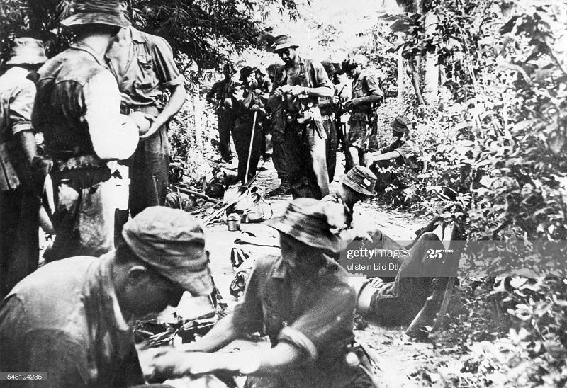 Солдаты на отдыхе в джунглях Сайгона июль 1950.jpg