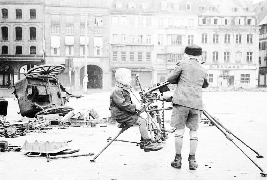 Дет на пл Клебера в Сстрасбурге с троф нем пулеметом нояб 1944 Белен Ленна.jpg