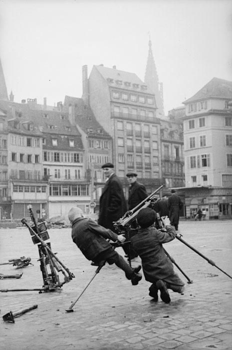 Дет на пл Клебера в Сстрасбурге с троф нем пулеметом нояб 1944 Белен Ленна2.jpg