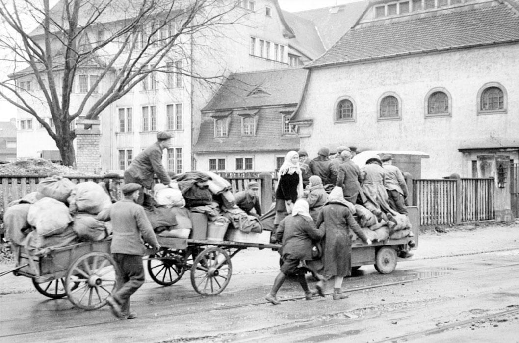 Жители Пон дю Рен отступают к центру города нояб 1944 Ж белен Р Р Ленна.jpg