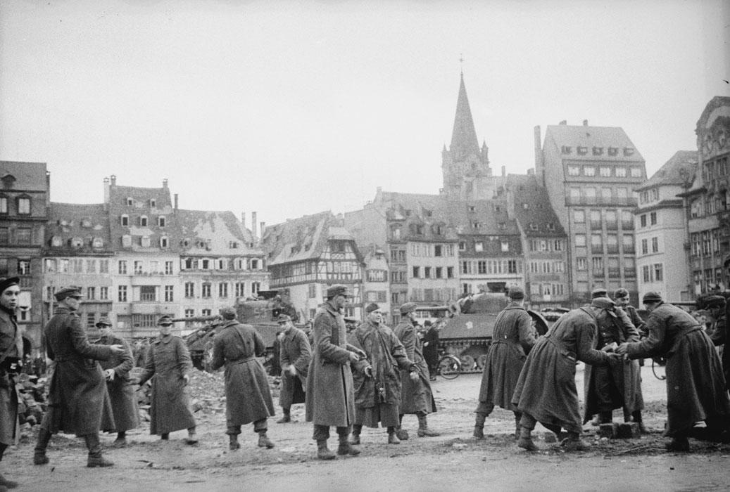 Пленные на пл Клебера в Страсб разб баррикады нояб 1944 Белен Ленна.jpg