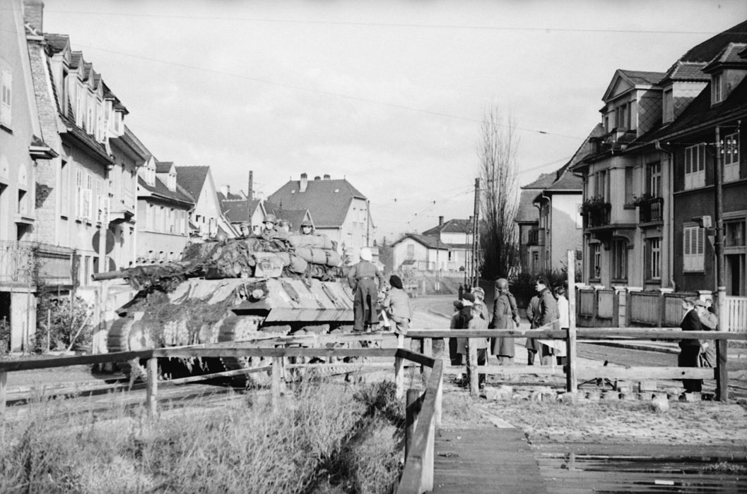Противотанковая САУ Фок 2 эск Бронетакн полка морск пех 2 БД на мосту в Страсбурге нояб 1944 Белен Ленна.jpg