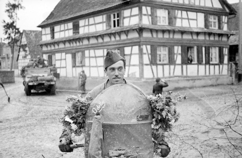 Регулировщик из 3 марш полка марок спаги в Эндисейме нояб 1944 Белен Ленна.jpg