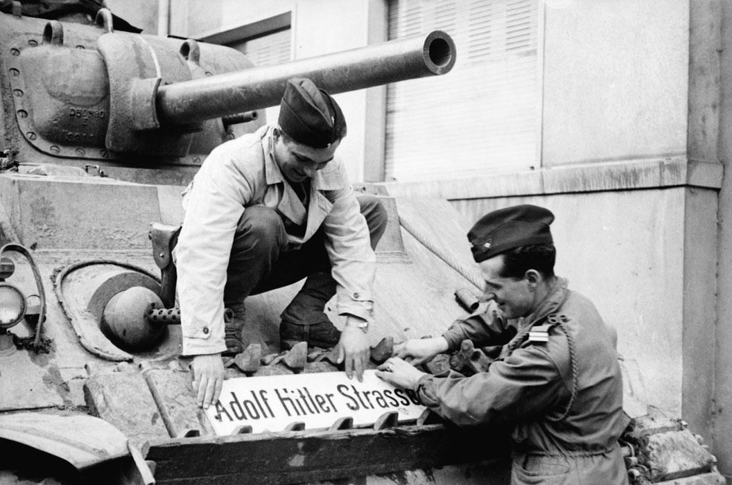 серж Желис  и лейт Брио де ла Кроше крепят на танке трофей нояб 1944 Белен Ленна 2.jpg