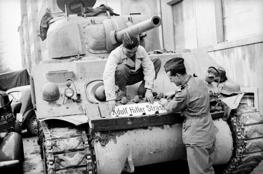 серж Желис  и лейт Брио де ла Кроше крепят на танке трофей нояб 1944 Белен Ленна.jpg