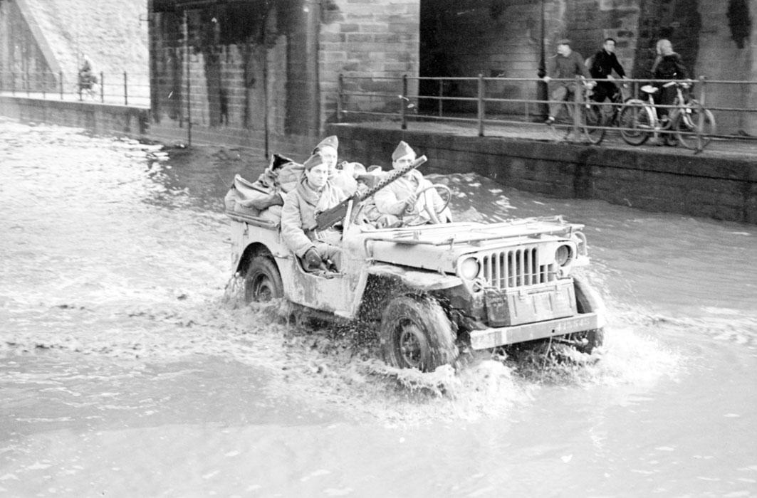 Солдаты 1 бронет полка морс пех во время вз Страсбурга нояб 1944 Белен Ленна.jpg