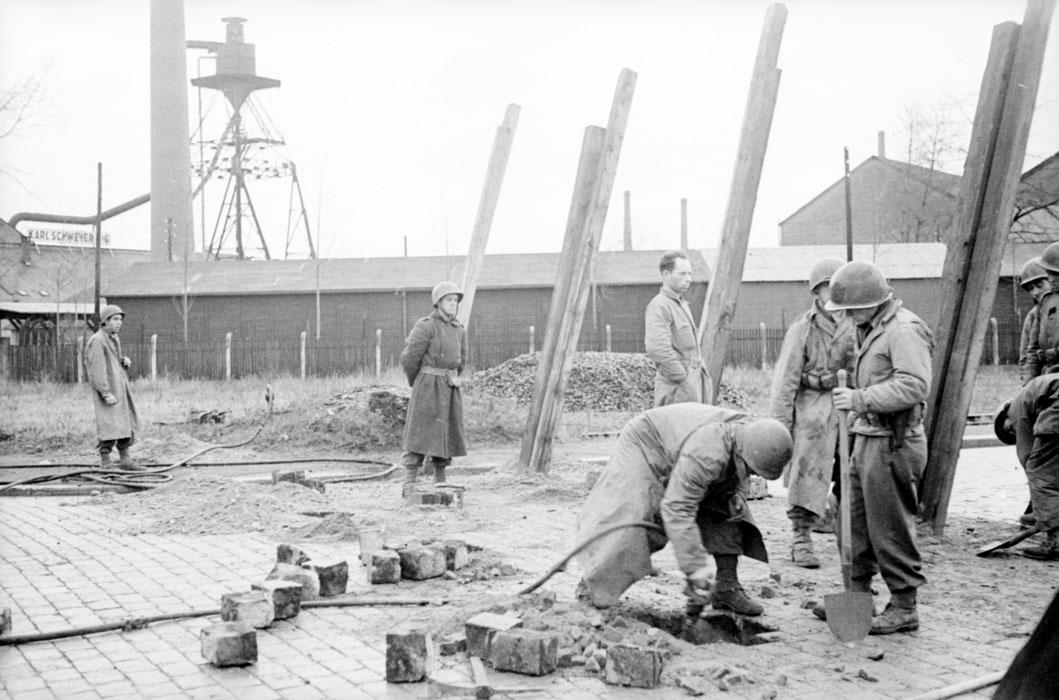 Сооружение антитанк баррикады в Пор де Рен 23 нояб 1944 белен Ленна.jpg