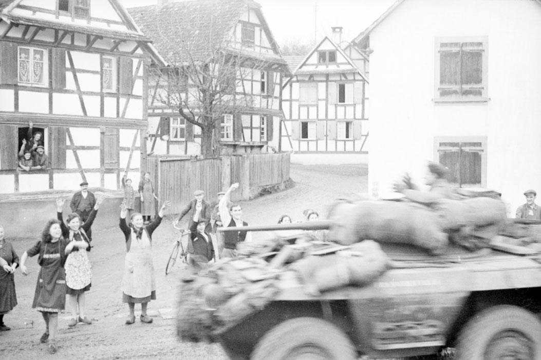 Теплый прием солдат 2 БД жит Стр бронеавт из 1 марш полка мар спаги Белен Ленна.jpg
