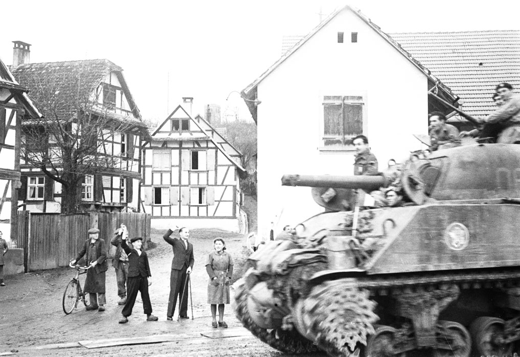 Теплый прием солдат 2 БД жит Стр Шерман из 12 полка афр стрелков Белен Ленна.jpg