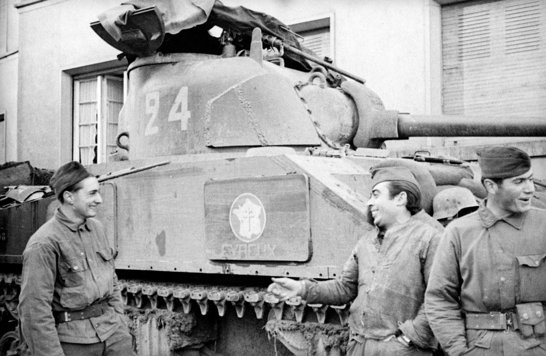 Экипаж Шермана 12 кирас полка перв вош в Страсбург нояб 1944 Белен Ленна.jpg