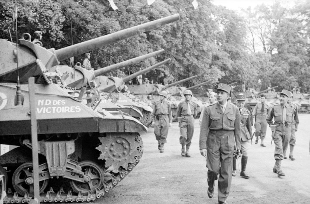 Торж постр в Дижоне Де латтр перед истр танков из 2 драг сент 1944.jpg