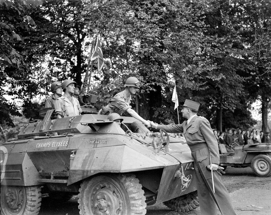 Торж постр в Дижоне Де латтр поздр ком бронеавт из 2 драг сент 1944 Жак Белен.jpg