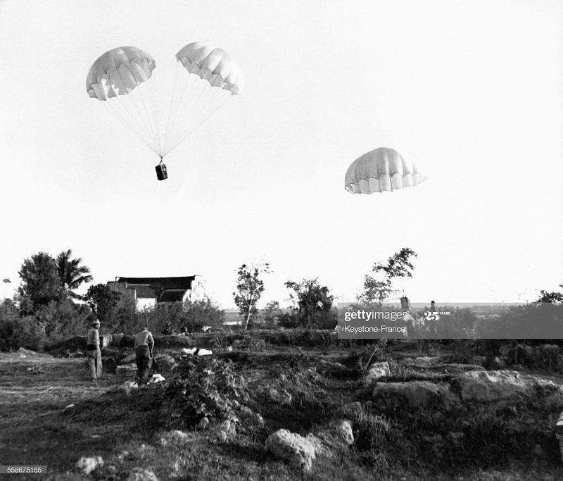 Доставкв продов парашютистам во вр опер Бретань янв 1953.jpg