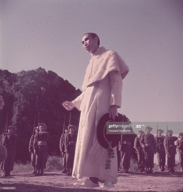Епископ Le   Huu Tu посещает  войска   фев 1952 Говард Сорхурек.jpg