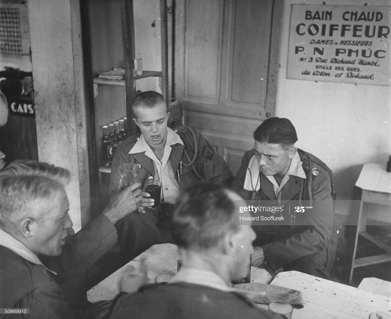 Легионер избеж плена при сао банге пьет с полковником дек 1950 говард Сохурек.jpg