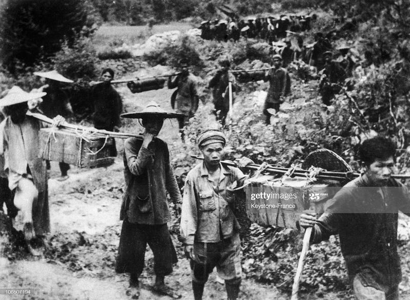 Местные цивилы переносят оружие и боеприпасы 1951.jpg