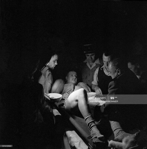 Позиции у Ханоя помощь раненому 1952 Ж Ф Шарбонье.jpg