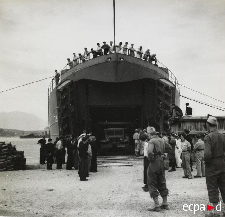 Выгрузка бронетехники в Аяччо 25 сент 1943.jpg