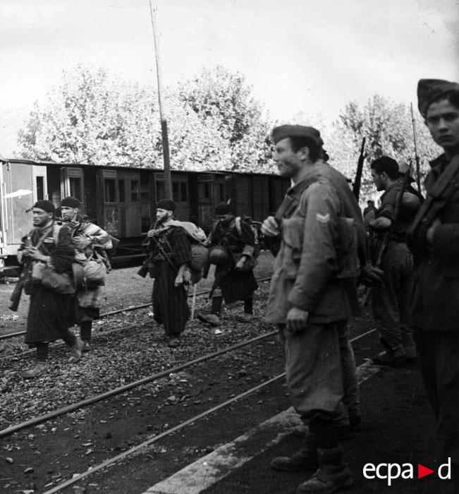 Гумье встр с ит солдатами в Понте Леччиа сент 1943.jpg
