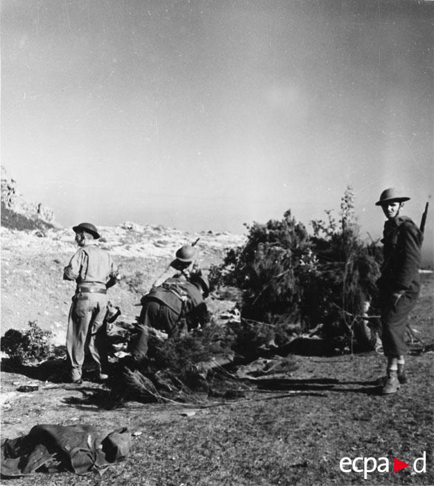 Гумье со своей противотанк пушкой окт 1943.jpg