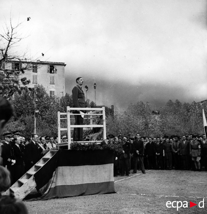де Голль произн речь в Аяччо окт 1943.jpg