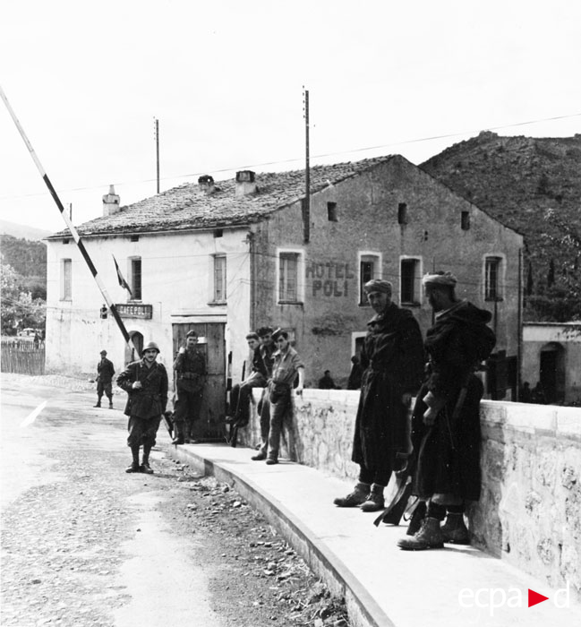 Ит солд контр дорогу на первом плане гумье сент 1943.jpg