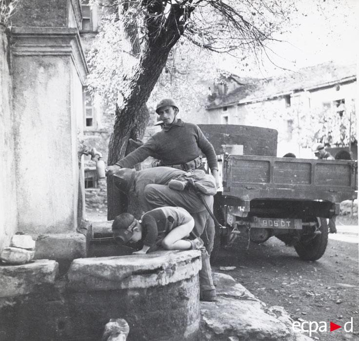 Мар стрелки и ребенок у фонтана сент 1943ъ.jpg