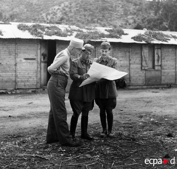 полк Пьер Буайе обс ситуацию с ит полк сент 1943.jpg