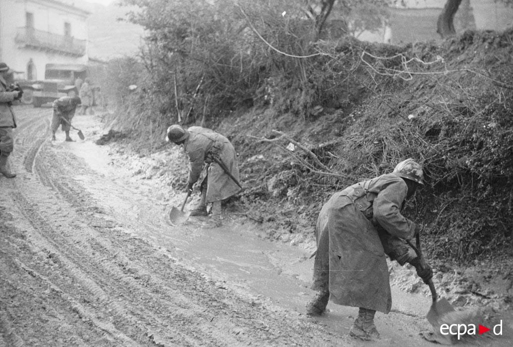 06 саперы расчищают дорогу чтобы могла пройти техника янв 1944.jpg