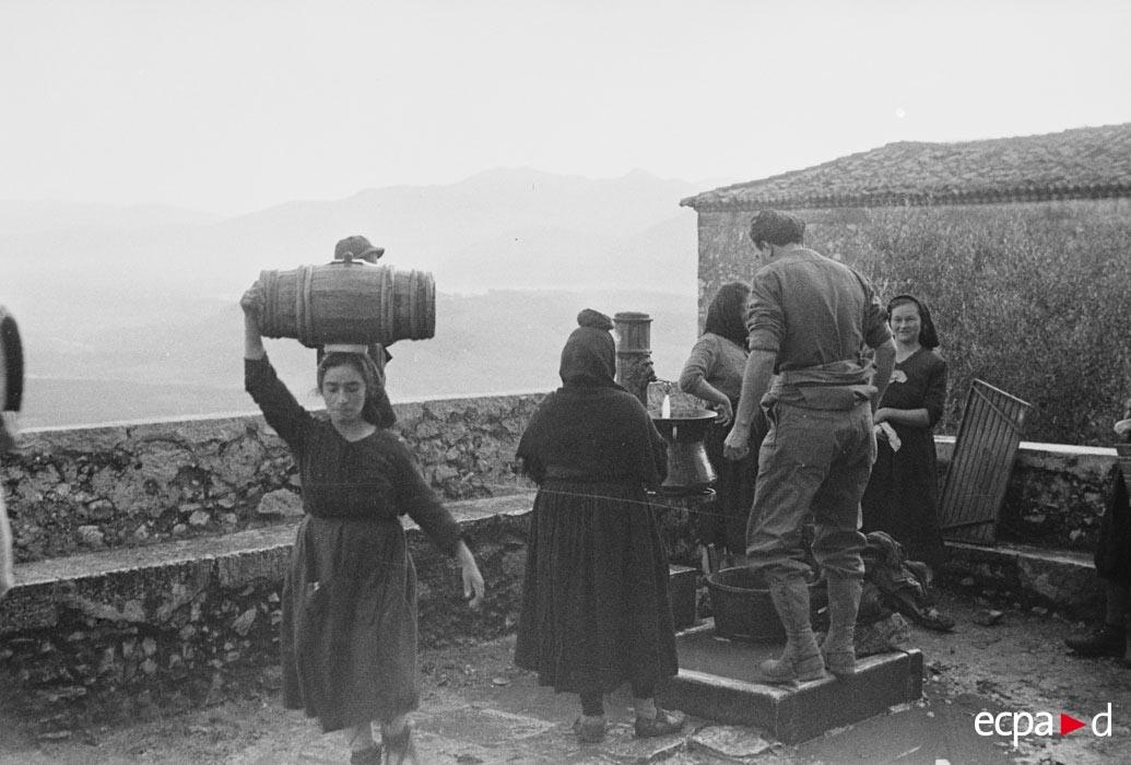 09 местн женщ и солдаты пришлит за водой дек 1943.jpg