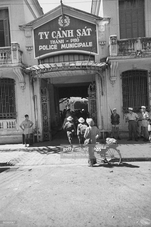 Народ у здания полиции окт 1954 Говард Сохурек.jpg