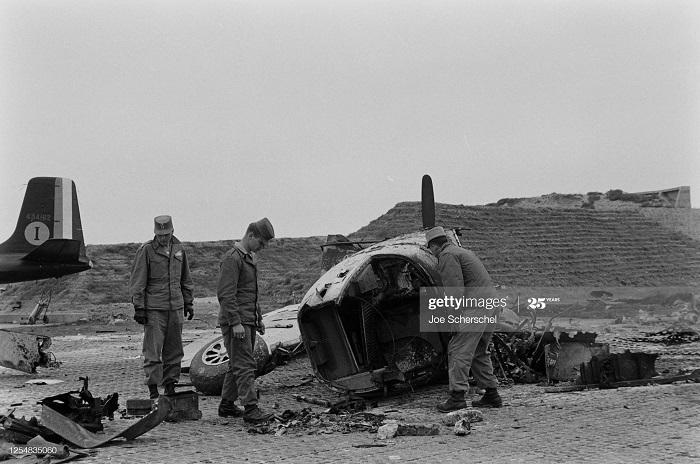 Осмотр повреждений самолета 1954 Джо Шершел.jpg