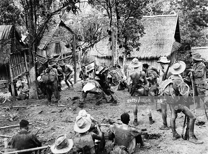 Патруль в деревне из солдат Годара недалеко от ДБФ 1954.jpg