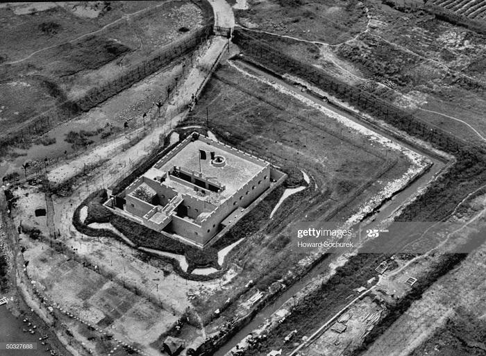 Форт на дороге Ханой Хайфон апр 1954 Говард Сохурек.jpg