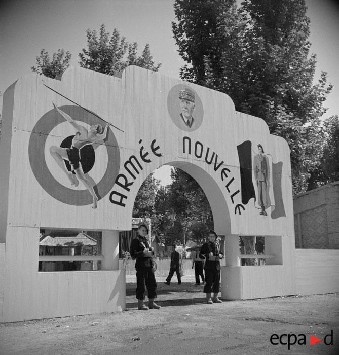 выставка посв новой армии на рынке в Марселе сент 1942.jpg