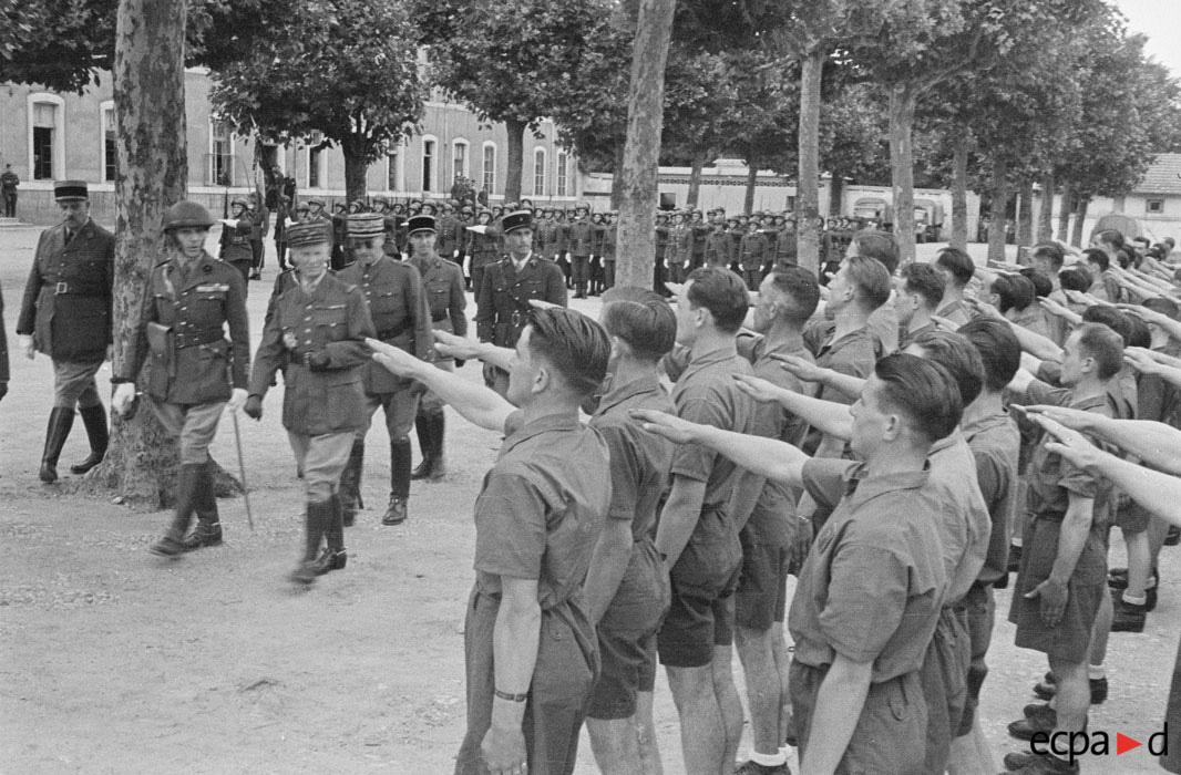 Ген антсиже во время инспекции  в Масоне 5 драг полк авг 1941 Р Фор.jpg