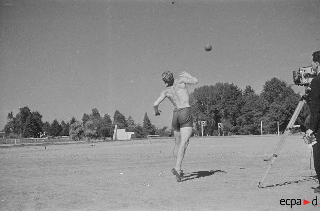Занятия спортом авг 1941 Луи Каден.jpg