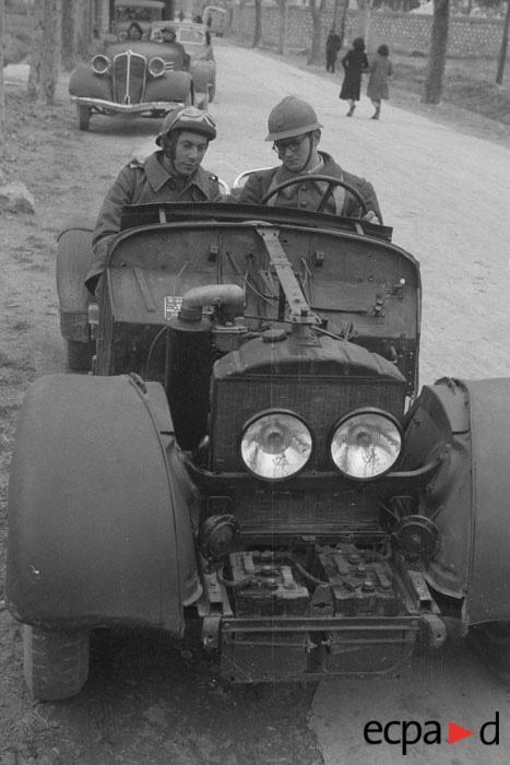 Курсант учится водить машину в экс ан провансефев 1941 Виар или муару.jpg