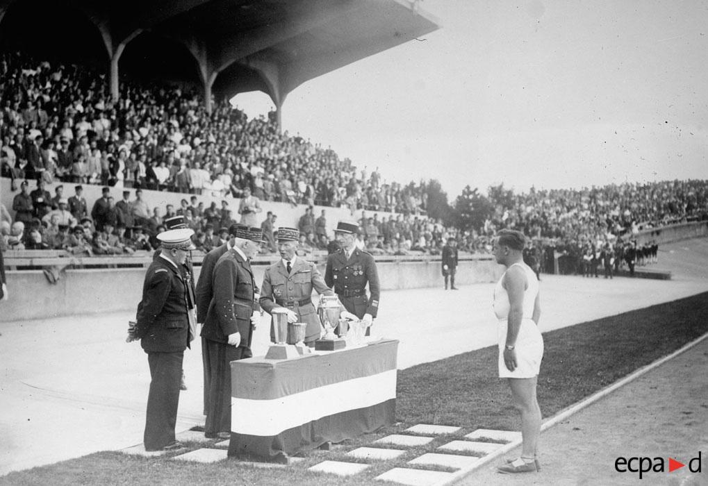 Петен нагр капитана команды на сорев по атлетике в Виши авг 1941.jpg
