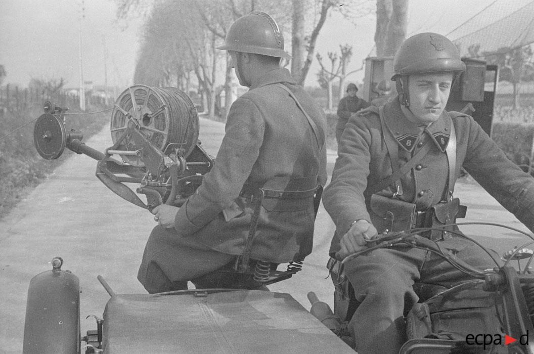 связисты в районе Монпелье тянут провод апр 1941 Виар.jpg