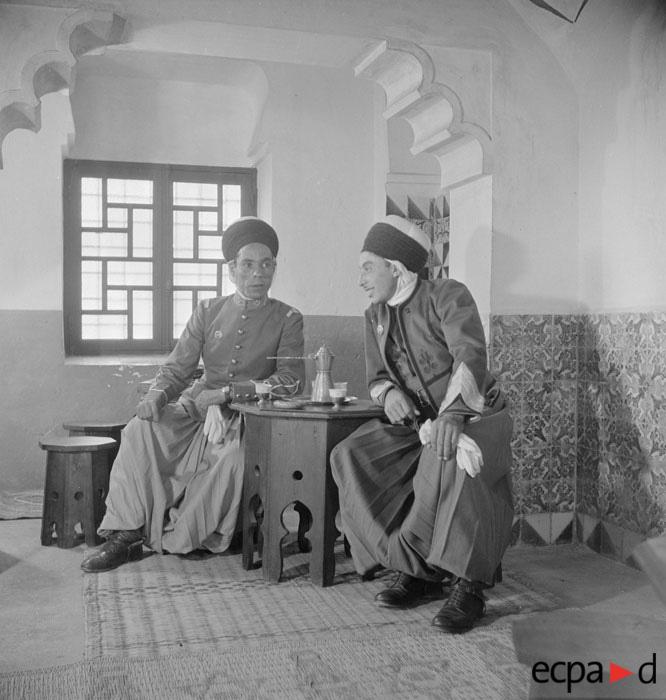су лейт и серж 2 полка алж  спаги в кав уч в Хуссейн-дей сент 1942 Креспи.jpg