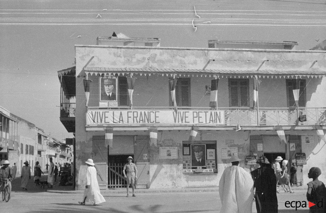 улица в Сен-луи в Сенегале во время инспекции ок нояб 1941 Потенье.jpg