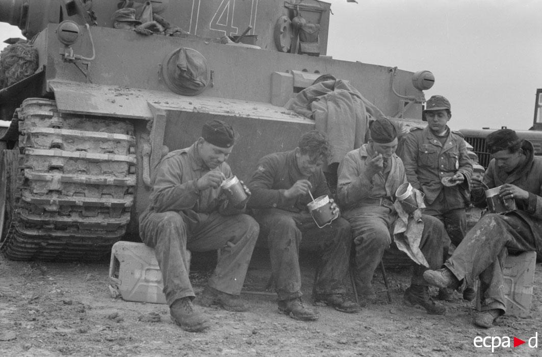 во время замены мотора нач 1943 2.jpg